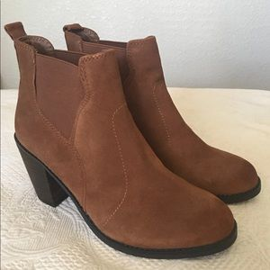 Crown Vintage brown suede heeled Booties